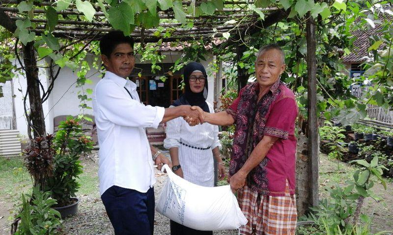 Kades Simu menyerahkan bantuan disaksikan Kabid Banjamsos, Syarifah S.Sos M.Si