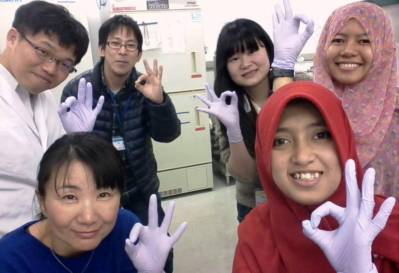 Cindy dan Indah (jilbab), dua mahasiswa FTB UTS saat melakukan penelitian di National Institute of Material Science (NIMS) Jepang