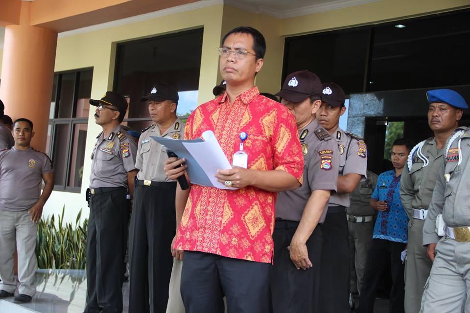 Wirawan S.Si MT, Kepala KPPT Sumbawa saat menerima pendemo