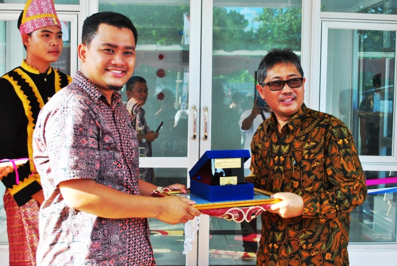 Rektor UTS, Dr Andy Tirta M.Sc menyerahkan plakat kepada Dirjen PP PUPR, Syarif Burhanuddin