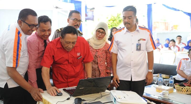 Wakil Bupati Sumbawa, Drs H Mahmud Abdullah didampingi Kacab BRI Sumbawa Anis Abdul Hakim mengundi hadiah utama