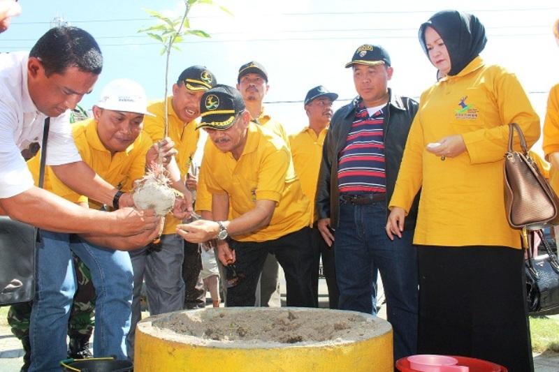 Bupati Sumbawa bersama anggota Forkopimda tanam pohon