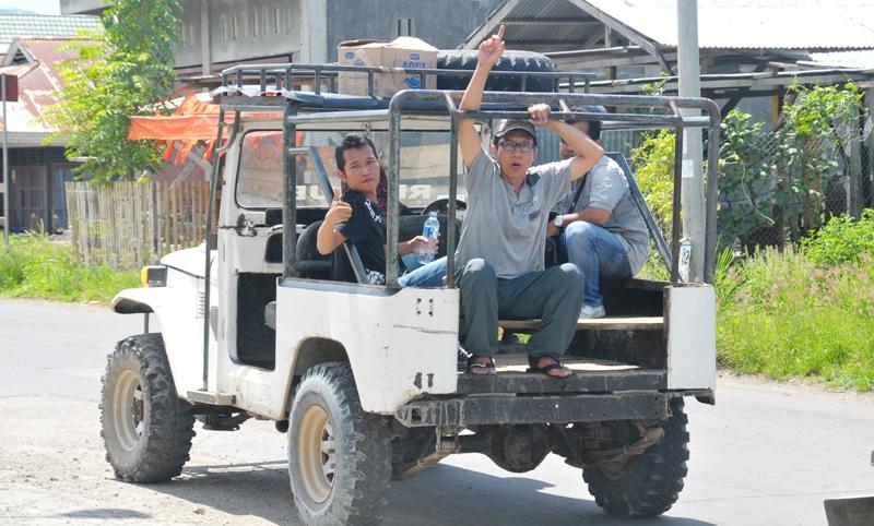 rombongan wartawan menuju lubang tambang PTNMR