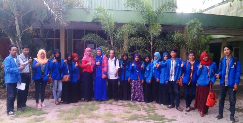 Mahasiswa FKIP UNSA foto bersama dengan Wakasek Bidang Humas SMAN 2 Sumbawa, Ida Riani, S.Pd,
