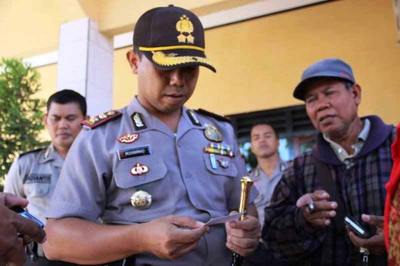 Kapolres Sumbawa, AKBP Muhammad SIK meihat kartu nama petugas PL PT STL dan RBS