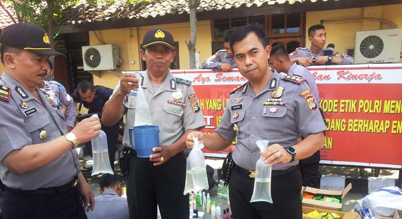 Kapolres Sumbawa AKBP Muhammad SIK didampingi Kasubag Humas IPTu Waluyo dan Kepala SPKT, IPTU Suryana memperlihatkan hasil operasi