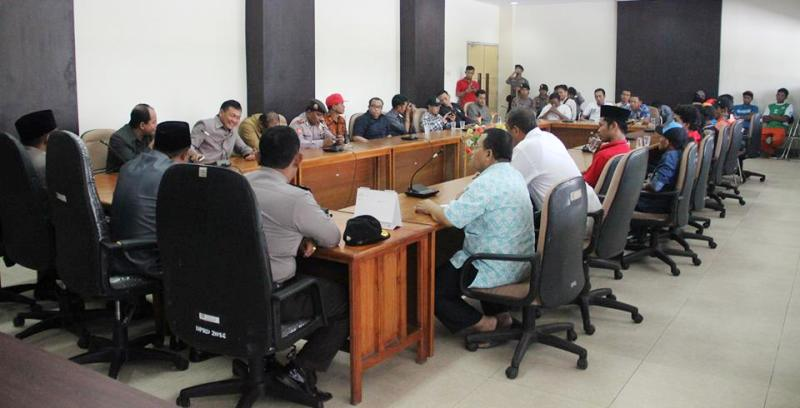 Simpatisan Biok demo  di DPRD Sumbawa