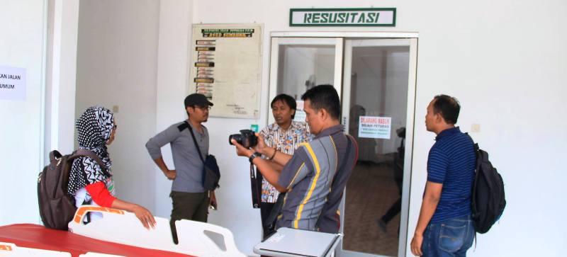 Fatriatul S.Pd dari P2TP2A dan LK3 Kabupaten Sumbawa datang menjemput Rian si bocah terlantar di RSUD Sumbawa