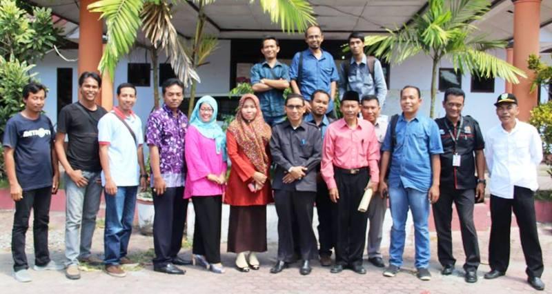 Komisioner KPu Sumbawa foto bersama wartawan