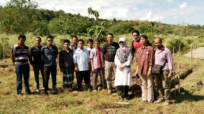 Doktor Zul, Pendiri AKOM Olat Maras bersama keluarga besar Yayasan Dea Mas