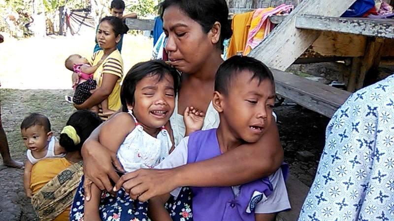 Fatma dan kedua anaknya meratap menyaksikan rumah panggungnya menjadi arang