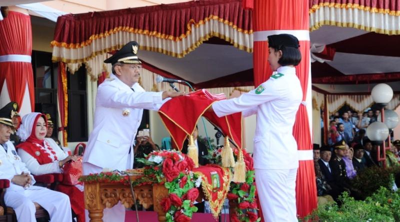 Ni Kadek Selvia Sastradewi siswi SMA Negeri 1 Sumbawa terpilih untuk pembawa baki berisi bendera merah putih yang diserahkan Bupati Sumbawa selaku inspektur upacara
