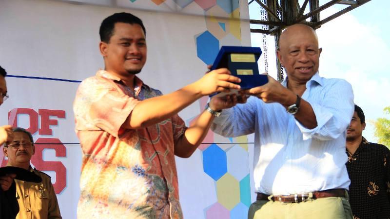 Pemberian cinderamata dari Rektor UTS, Andy Tirta kepada Arifin Panigoro