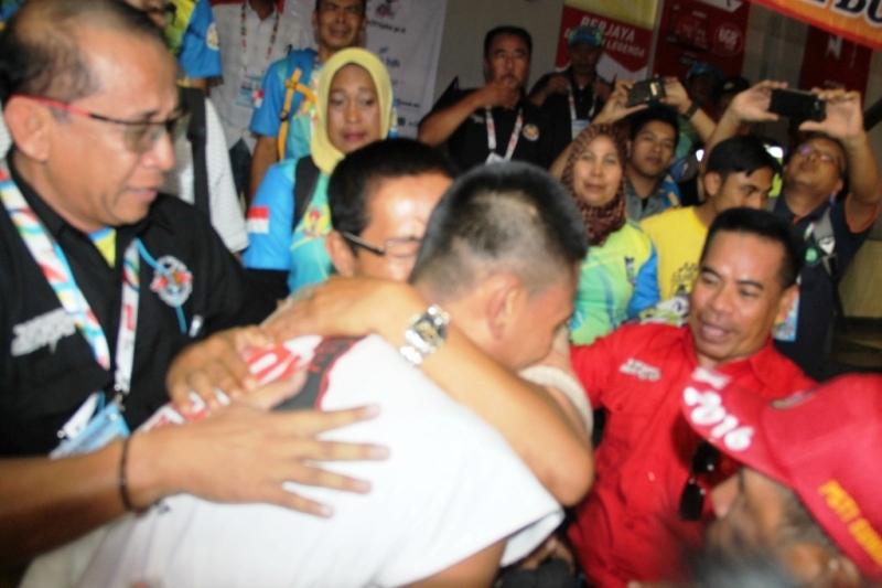 Kurniawan memeluk erat Ketua KONI Sumbawa H Mustami  Hamzah  yang  disaksikan ketua KONI NTB Andi Hadyanto setelah memastikan emas buatnya.