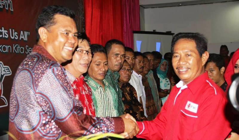 Ketua PMI Sumbawa memberikan penghargaan kepada mitra aktif dan pendonor