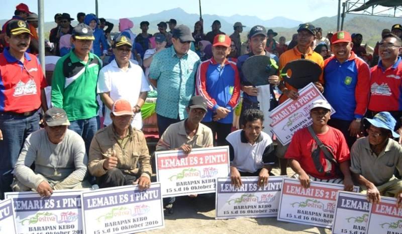 penyerahan hadiah kepada para pemenang lomba Barapan Kebo Festival Moyo 2016