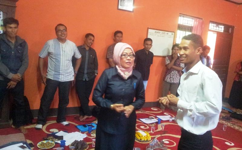 Komisioner KPU Sumbawa,  Dr. Hj. Yuyun Nurul Azmi berinteraksi dengan peserta sosialisasi kepemiluan