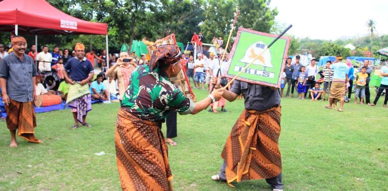 Ketua IKLS, L. Budi Suryata SP dan Dandim 1607 Sumbawa, Letkol ARM Sumanto S.Sos, 'saling hajar'