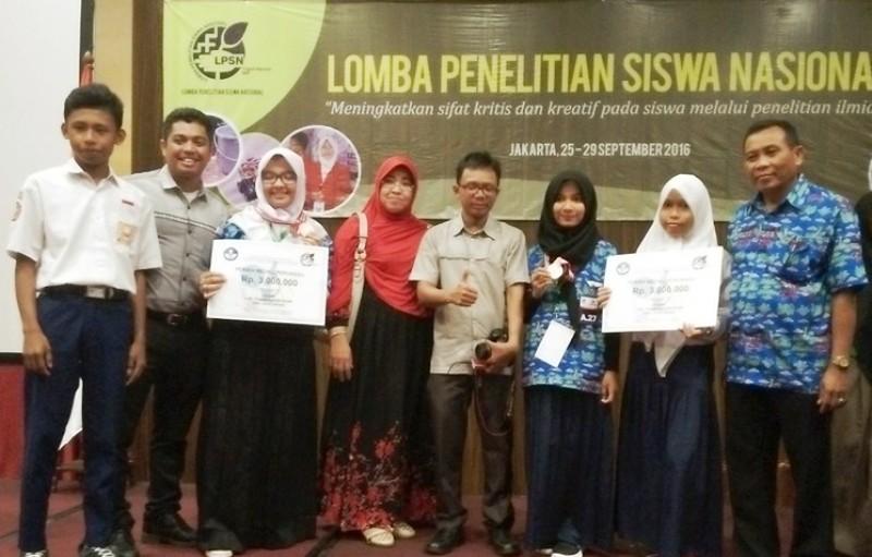 Kepala SMPN 1 Badas,A Rahman Semba bersama tim LPSN Sumbawa