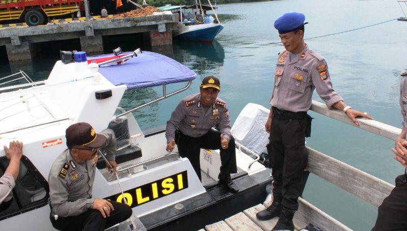 Kapolres Sumbawa AKBP Muhammad SIK saat mengecek Speedboat bantuan Mabes Polri di Pelabuhan Badas