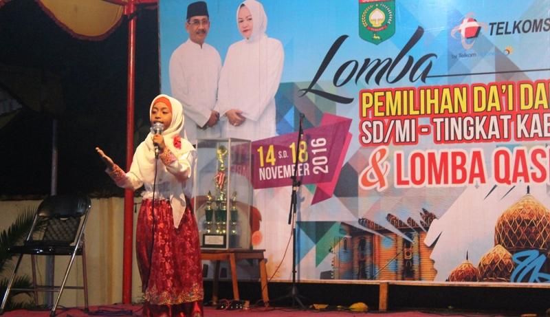 Penampilan memukau Tsania Putri Hanifah pada Lomba Pemilihan Da'I dan Da'iah Cilik X SD/MI tingkat Kabupaten Sumbawa, 14—18 November 2016