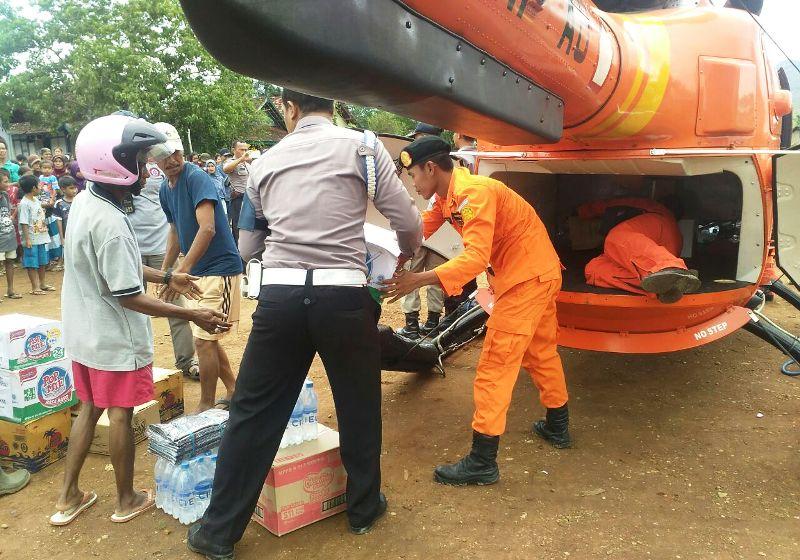 Gunakan Helikopter, BASARNAS droping bantuan ke daerah tersulit