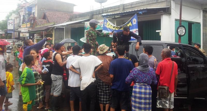 warga Penaraga Blokir Jalan, protes tidak ada dapur umum dan bantuan yang tidak merata