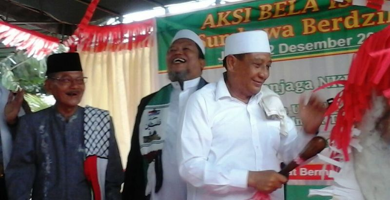 """Wakil Bupati Sumbawa, Drs. H. Mahmud Abdullah pukul bedug launching """"Sholat Subuh Berjamaah"""""""