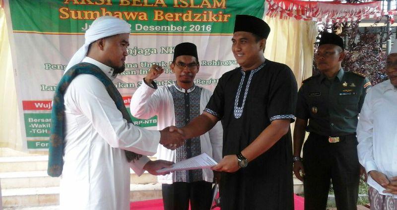 Ketua Umum FPSI Sumbawa, H.M. Jurnawi Fakhruddin menyerahkan pernyataan sikap kepada Kasi Intel Kejari Sumbawa, Erwin Indrapraja SH MH
