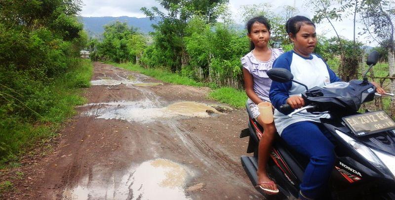 Suwarni, pelajar Prode minta perhatian pemerintah daerah atas kondisi jalan dan jembatan