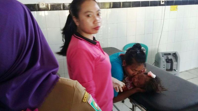 Dedi dan anaknya saat dirawat di Puskesmas Plampang