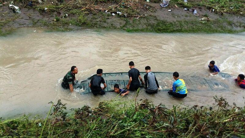 anggota TNI dan pelajar SMPN 4 Badas membersihkan fasilitas SMPN 4 Badas