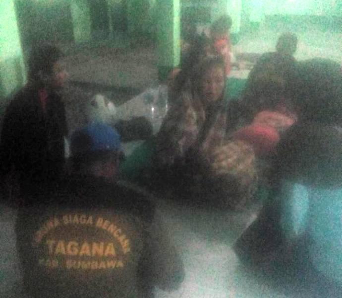Tagana Sumbawa sedang mendata para pengungsi di Masjid Al Falah, Krang Dima Kecamatan Badas