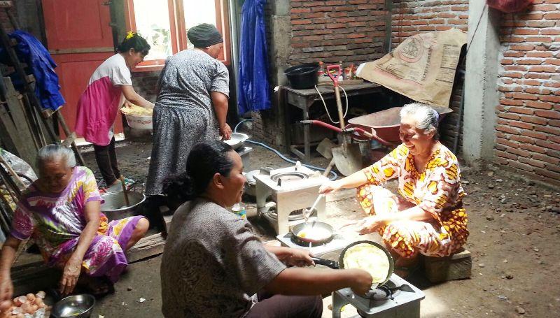 warga berpartisipasi mendirikan dapur umum untuk menangani korban banjir