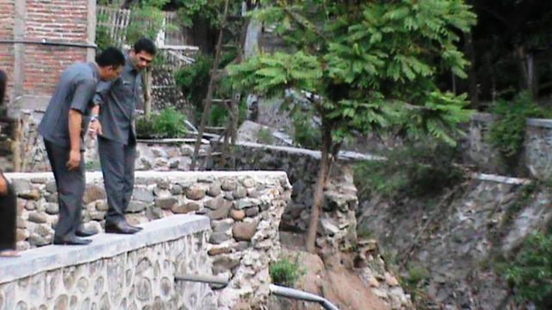 usai reses, Nurdin Ranggabarani menyempatkan diri untuk meninjau talut yang rusak akibat diterjang banjir