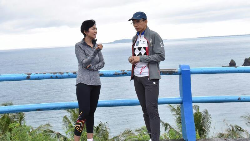 Gubernur dan Desi Anwar 1