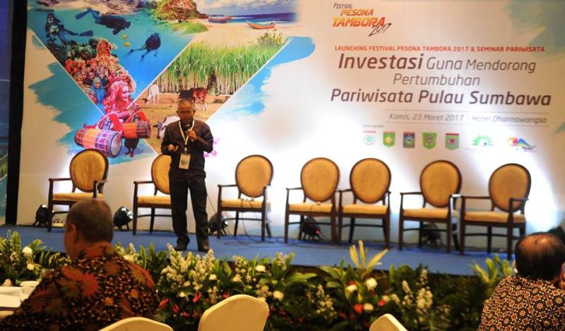 Kepala Bappelitbangda Sumbawa Ir. H. Iskandar D, M.Ec.Dev, mempresentasikan potensi pariwisata Sumbawa